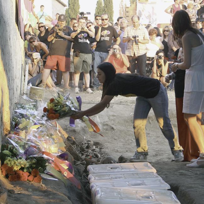 Resultado de imagen para Ofrenda de flores en la fosa de Menansalbas, donde se encontró el cadáver de Félix Gálvez. Foto: F E Foro por la Memoria