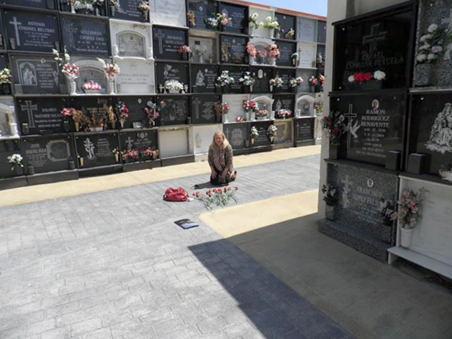 Reciente-visita-de-la-nieta-de-Martín-Márquez-Manuela-Márquez-al-Cementerio-de-Almería-donde-supuestamente-yacen-sus-restos.-Un-encuentro-lleno-de-emoción-y-rabia-contenida.