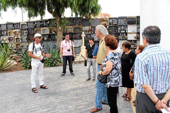 52057_45125_El-arqueologo-Juan-Luis-Castro-junto-a-familiares-afectados-ayer-en-el-camposanto_G