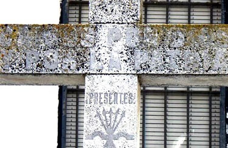 Cruz-Caidos-simbolos-falangistas-Hornachos_EDIIMA20150227_0744_13