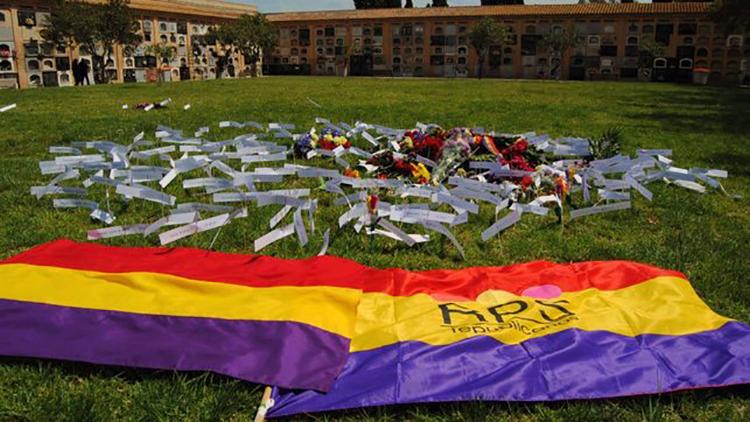 Imagen-homenaje-familiares-represaliados-cementerio_EDIIMA20151027_0212_24