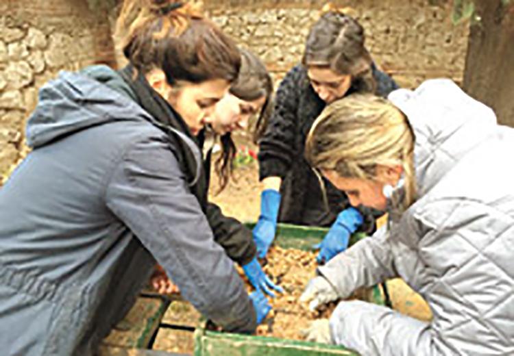 Equipo de la ARMH cribando la tierra de la fosa foto Manuela Bergerot